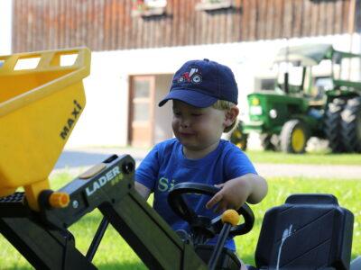 Kleiner und großer Traktor